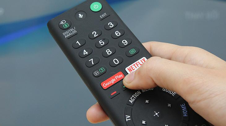 Nhấn nút Google Play trên remote