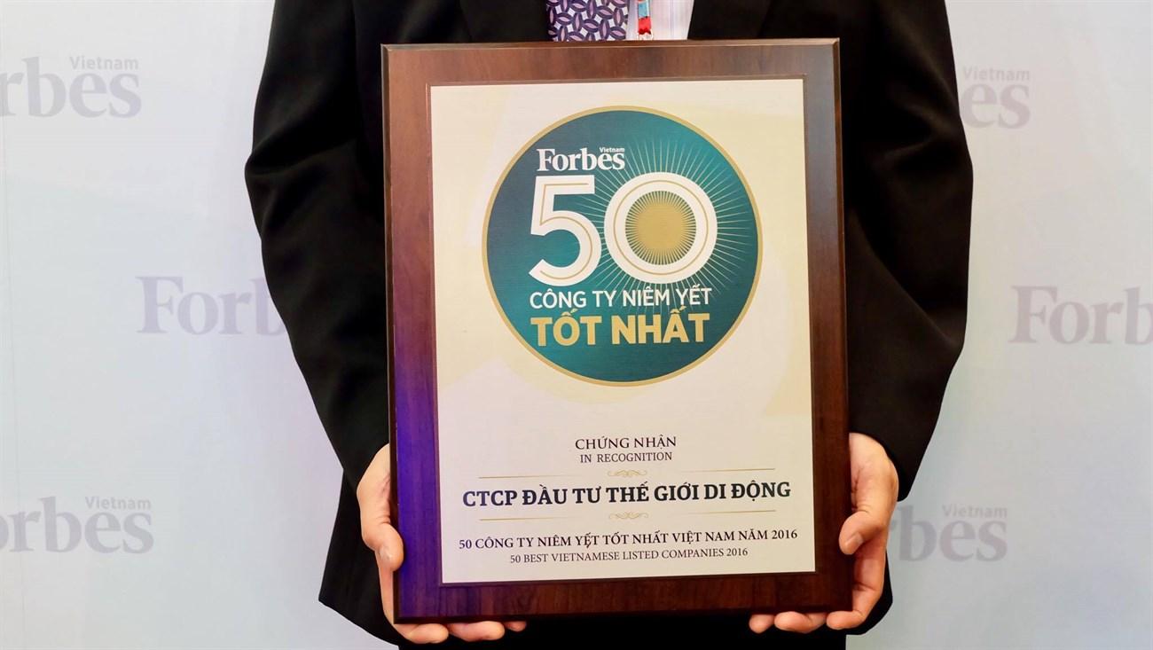 Ông Trần Huy Thanh Tùng đại diện Thế giới di động lên nhận giải thưởng
