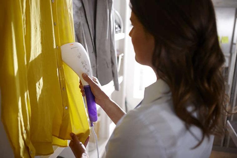 Bàn là hơi nước cầm tay dễ dàng ủi thẳng quần áo đang còn treo trên móc