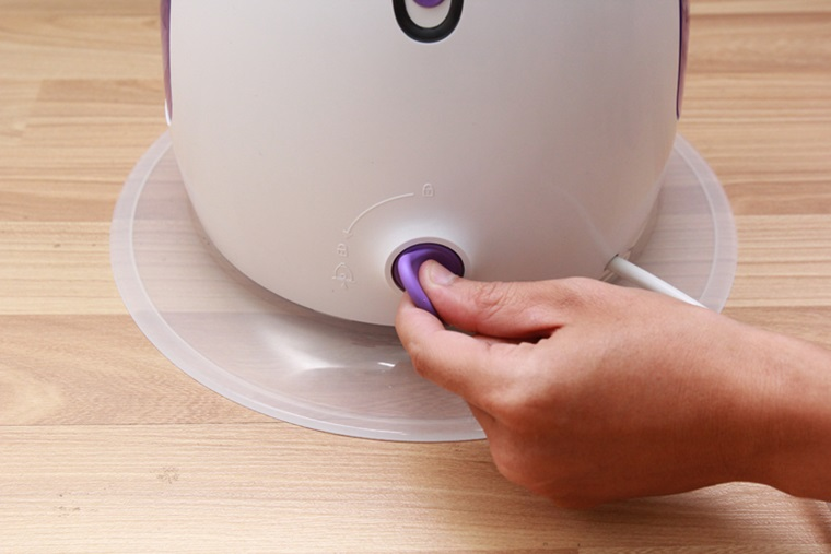 Bàn là có chế độ tự làm sạch giúp vệ sinh dễ dàng, nước phun ra sạch sẽ hơn