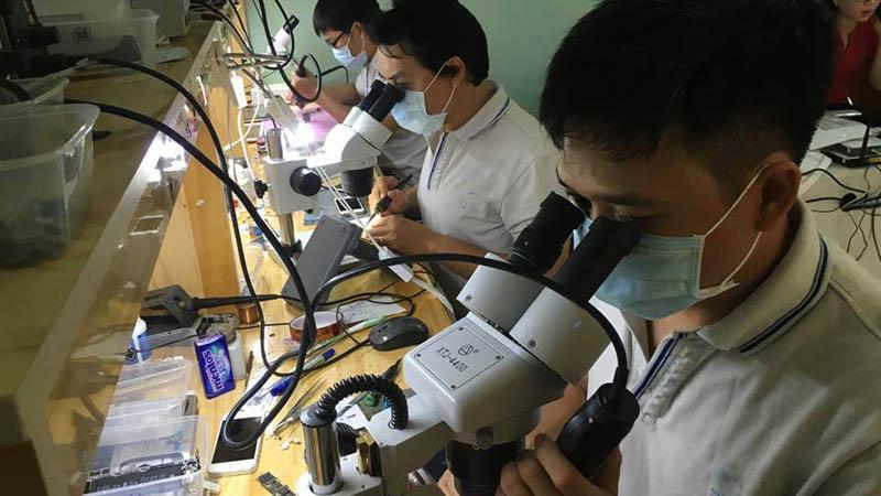 thợ sửa chữa iPhone