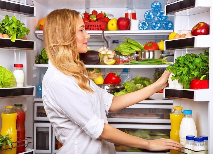 Lấy bớt thức ăn trong tủ lạnh ra