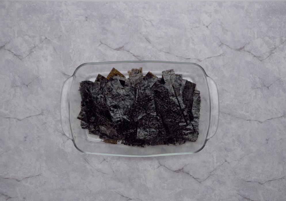 Bước 1: Cắt rong biển thành từng miếng nhỏ vừa ăn.