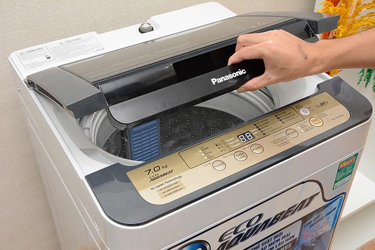 nắp máy giặt không đóng chặt cũng có thể là nguyên nhân là máy giặt không xả được nước