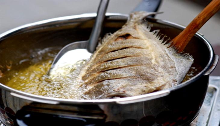 7 cách rán cá không bị dính chảo