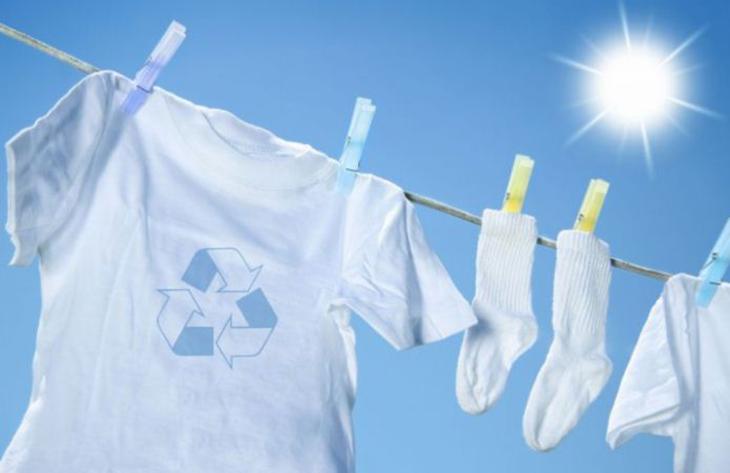 Phơi quần áo ngoài nắng là cách trị và phòng quần áo bị nấm mốc