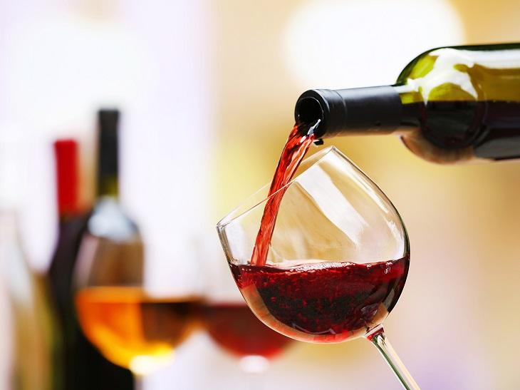 Rượu có chứa cồn – một trong những chất tẩy được son