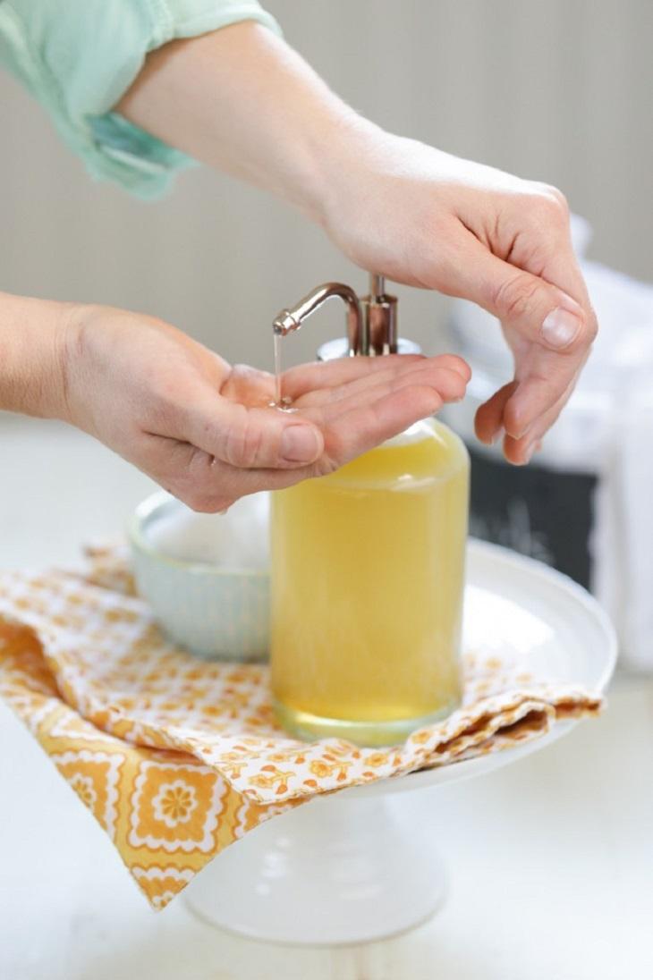 Một trong những chất có thể xóa được vết son nữa là sữa rửa mặt