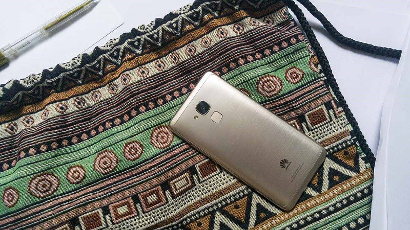 Huawei GR5 Mini nổi bật với họa tiết xước ngang và cảm biến vân tay 1 chạm phía sau máy
