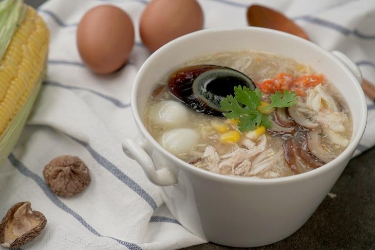 Nấu đến khi nồi súp chuyển màu trong thì múc ra chén, rắc rau mùi, thêm trứng bắc thảo, tiêu bột, ớt tùy ý lên và thưởng thức.