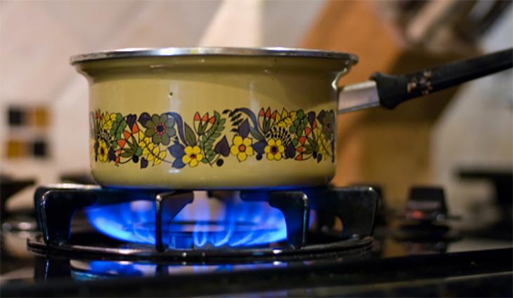 Nên để ý tới bếp gas trong quá trình nấu ăn, để hạn chế lửa tắt đột ngột gây rò rỉ gas