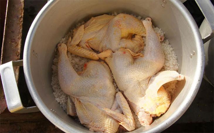 Cách luộc gà không cần nước bằng muối hạt
