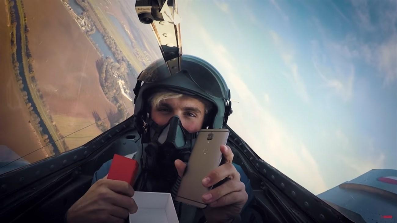 Videp đập hộp smartphone cao cấp OnePlus 3T trên máy bay tiêm kích