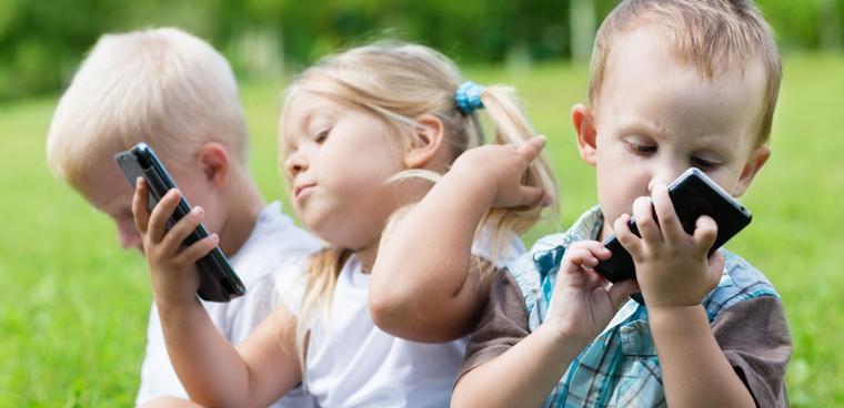 Trẻ em dùng điện thoại