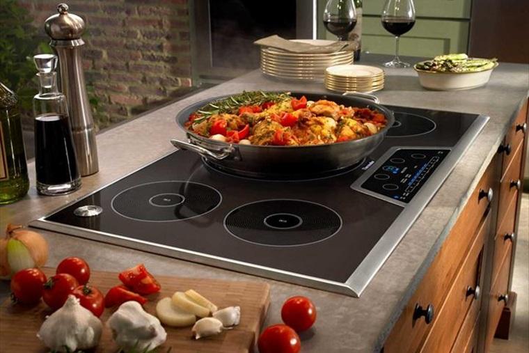 Đáy nồi, chảo nên phẳng và dày để nấu ăn tiết kiệm điện hơn