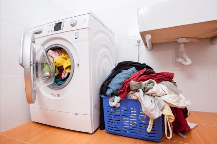 Cho quá nhiền quần áo vào máy giặt