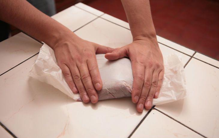 Bọc thịt heo trong nhiều lớp nilon trước khi cho vào tủ đá