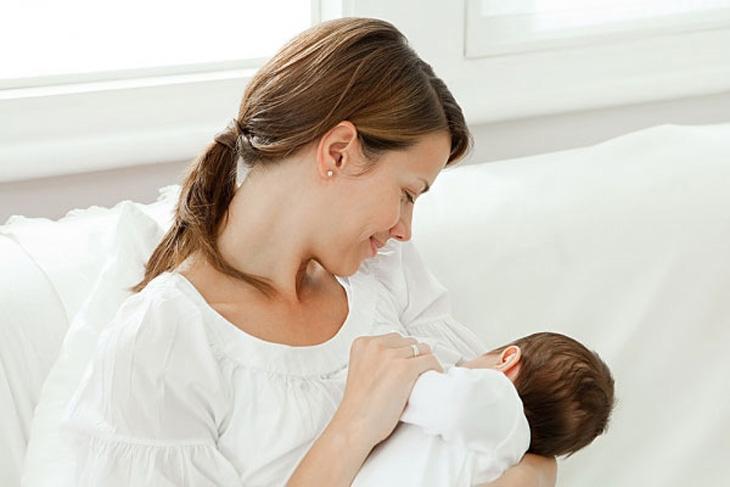 Cho bé dưới 3 tháng tuổi bú mẹ hoàn toàn