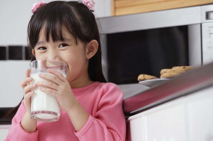 Cần bổ sung lượng sữa cần thiết cho bé giúp tăng cường canxi và vitamin D