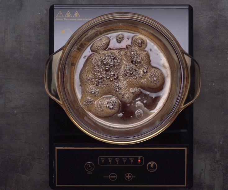 Đun sôi hỗn hợp cho tan hết đường, nước mắm hơi đặc lại thì tắt bếp, để nguội.