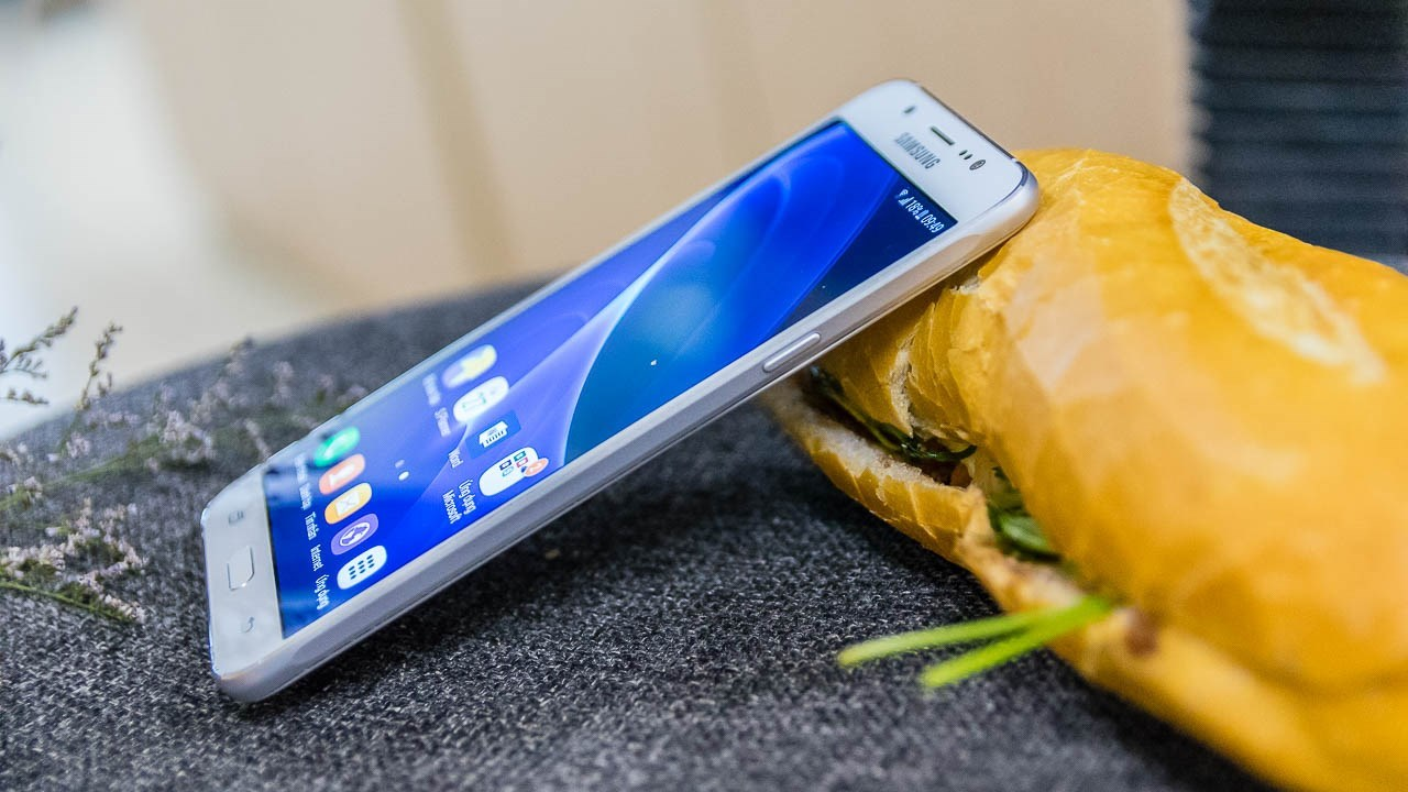 Galaxy J7 2016 thiết kế kim loại, camera ngon, pin trâu vừa giảm giá