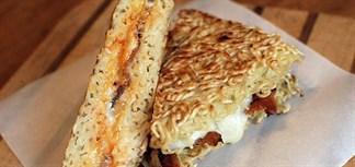 Sandwich mì ăn liền với thịt xông khói và trứng
