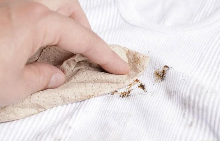 Cách đánh bay vết dầu mỡ bám trên quần áo