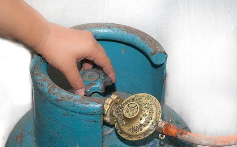 Bình gas cũ, bị thủng nên thay mới để tránh gas rò rỉ ra ngoài