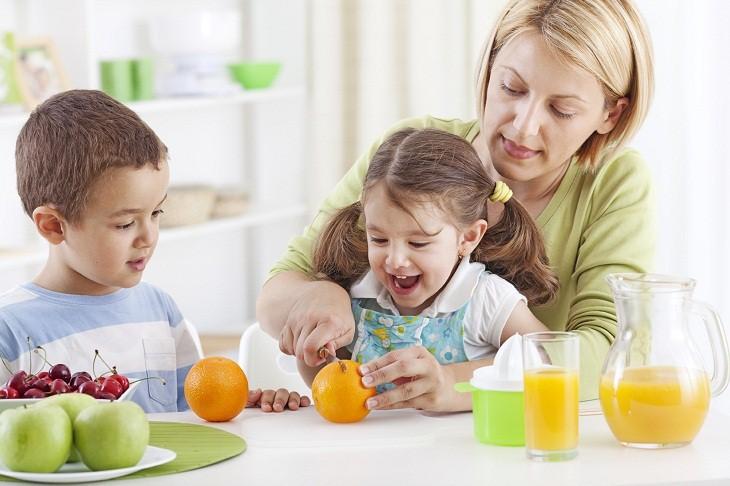 Các loại nước ép trái cây nhiều đường cũng không tốt cho răng và sức khỏe của con nếu uống quá nhiều.
