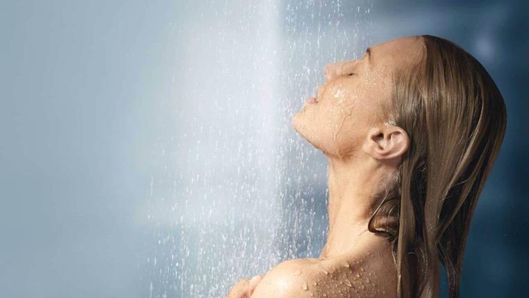 Tắm lại với nước sạch sau khi dùng sữa tắm