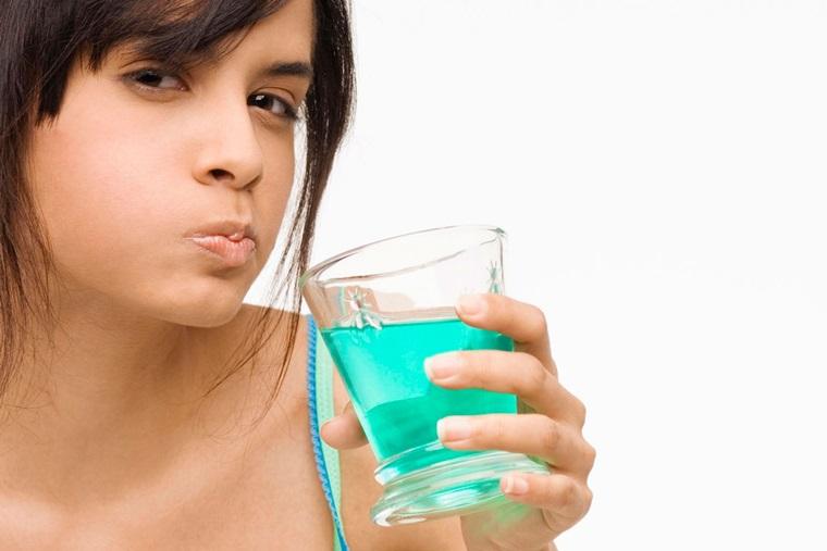 Bỏ túi những lưu ý khi dùng nước súc miệng