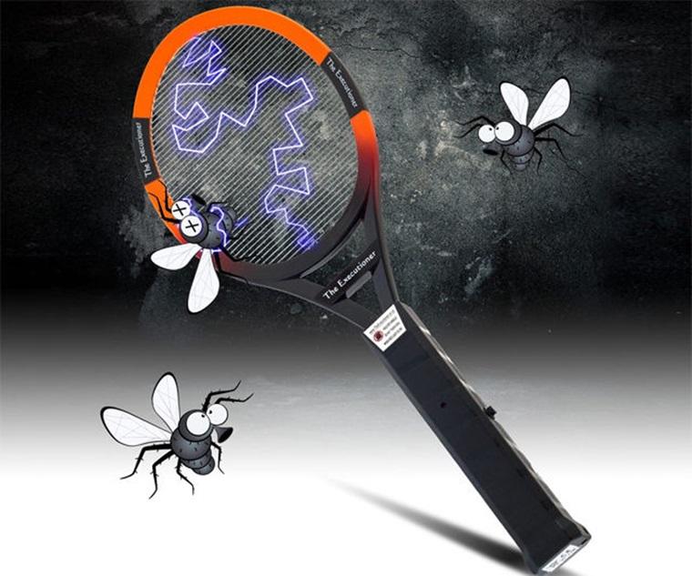 Dùng vợt diệt muỗi