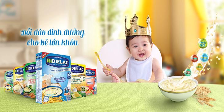 Bột ăn dặm chế biến sẵn được bổ sung đầy đủ dưỡng chất cần thiết cho bé
