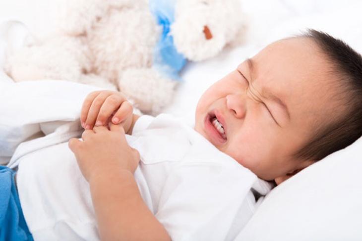 Bé có dấu hiệu bất thường khi dùng sữa bột nên ngưng và kiểm tra sức khỏe cho bé