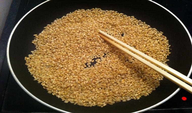 Rang gạo trên lửa nhỏ, để cháo được thơm hơn