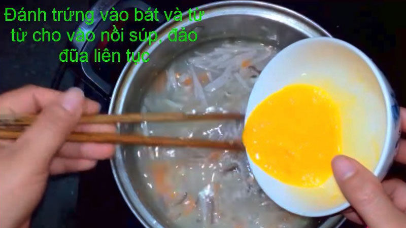 Sau đó cho từ từ trứng vào nồi súp, vừa cho vừa khuấy đều.