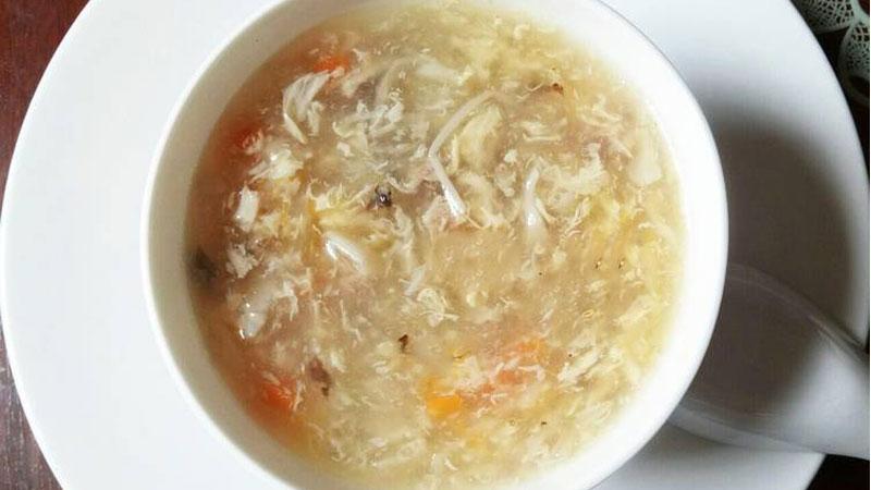 Múc súp gà nóng hổi ra tô hoặc chén và cho bé thưởng thức thôi nào.