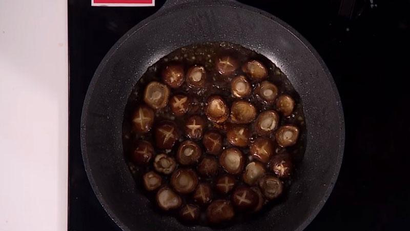 Sau đó cho hết phần sốt gia vị vào, cùng với một ít bột ngũ vị hương, nấu trong 3 - 5 phút.