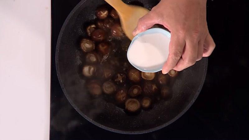 Hòa bột năng với một ít nước, rồi cho hỗn hợp bột đã pha vào nồi nấm