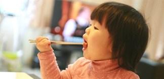Có nên tập cho trẻ dùng đũa sớm?