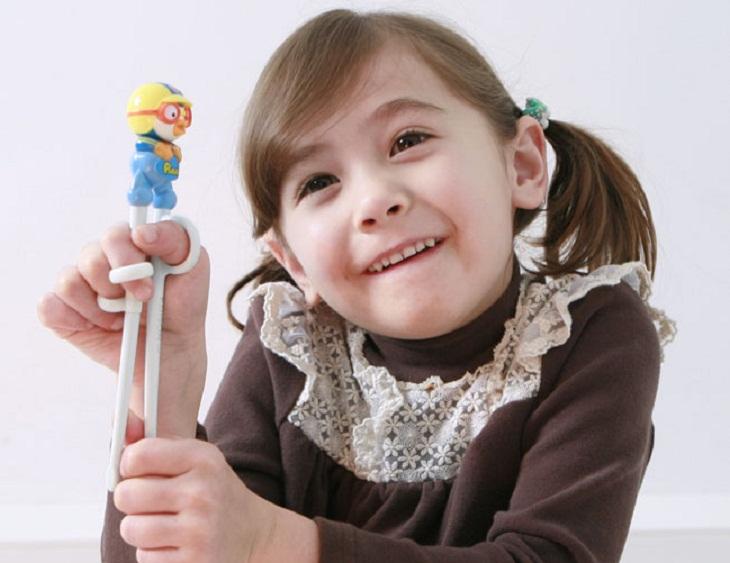 Dùng đũa cũng là một kỹ năng sống cần thiết để trẻ có thể tự lập và hòa nhập tốt hơn