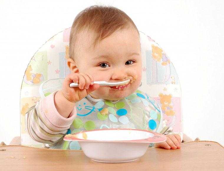 Có nên thêm muối vào bột ăn dặm của trẻ?