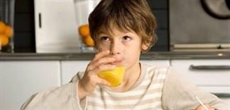 Những sai lầm của mẹ khi cho bé uống nước ép trái cây