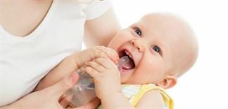 Có nên cho bé sơ sinh uống nước không?