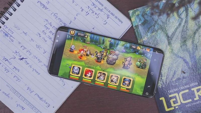 Chơi game trên điện thoại Samsung Galaxy S8 Plus
