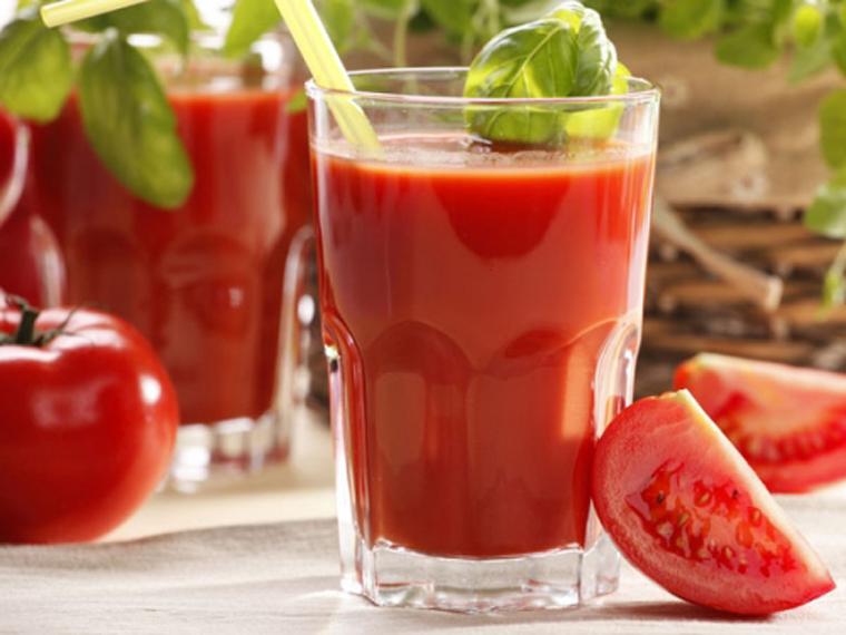 Nước ép cà chua rất giàu dinh dưỡng cho bé