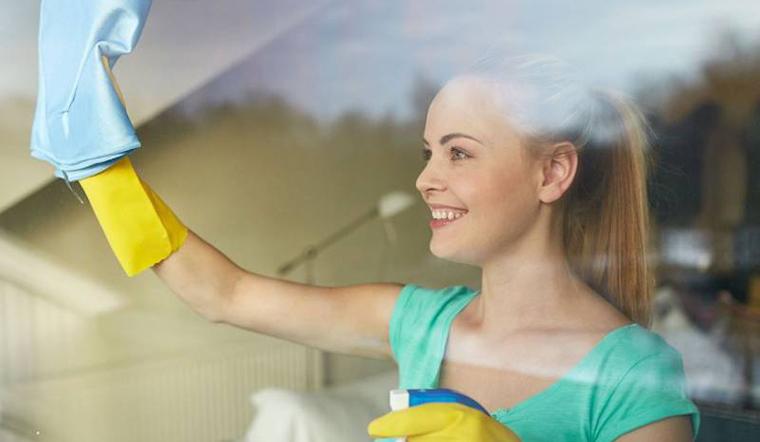 Cách lau kính sạch bóng mà không cần đến nước lau kính chuyên dụng