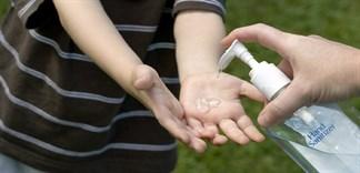 Có nên dùng nước rửa tay khô diệt vi khuẩn cho trẻ?