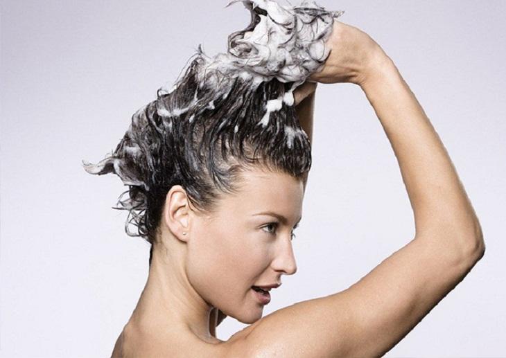 Dầu dừa giúp dưỡng ẩm tóc, làm sạch da đầu, giảm ngứa khi kết hợp với dầu gội