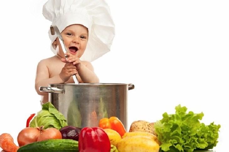 Hãy tập cho trẻ ăn nhiều rau củ, trái cây ít ngọt như thanh long, cam, quýt, bưởi…